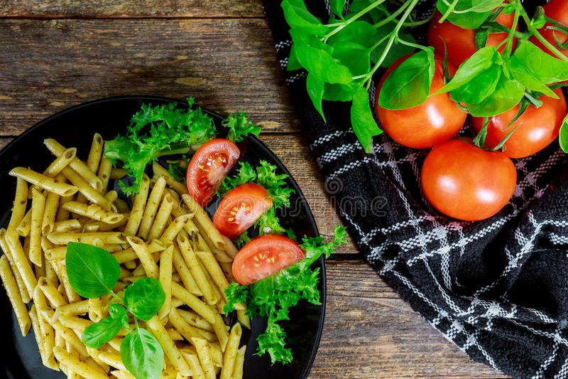 Pastas cocinadas con los tomates, la albahaca y las verduras frescas imagen de archivo libre de regalías