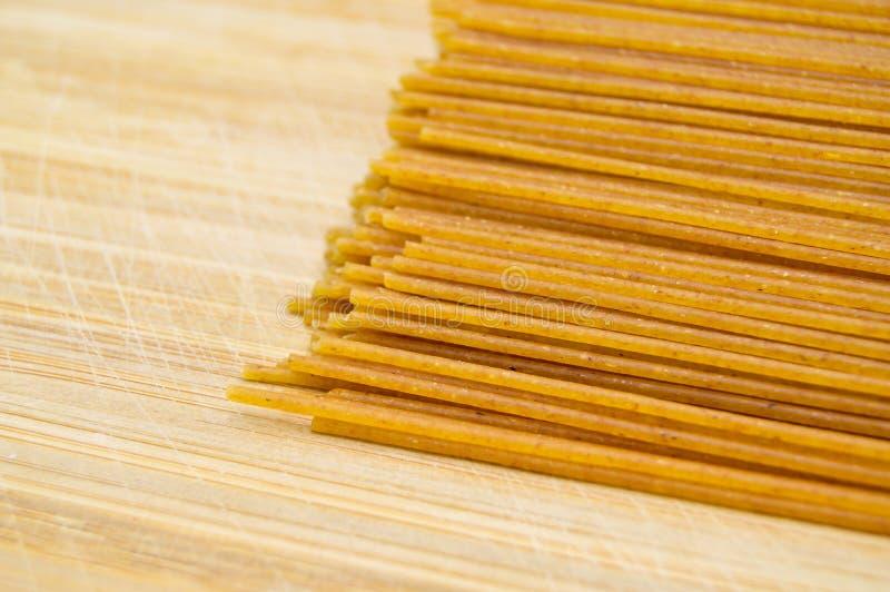 Pastas coloreadas oro crudo fresco del palillo Cultura, comida fotografía de archivo libre de regalías