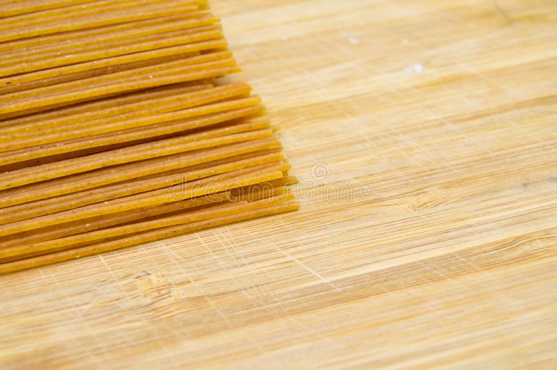 Pastas coloreadas oro crudo fresco del palillo Cultura, comida fotos de archivo libres de regalías