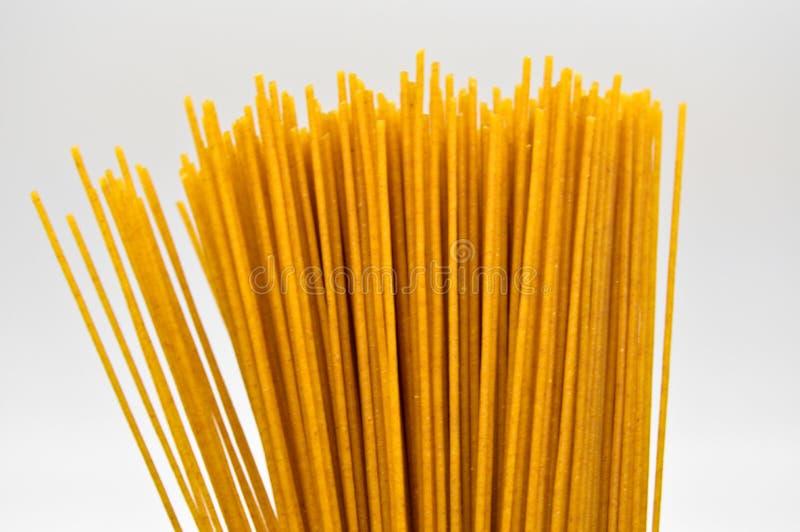 Pastas coloreadas oro crudo fresco del palillo fotos de archivo
