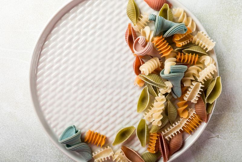 Pastas coloridas clasificadas harina deletreadas crudas imagen de archivo