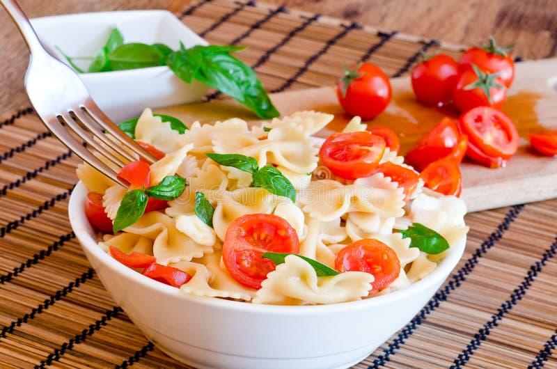 Pastas con albahaca, los tomates y la mozzarella italiana del queso fotos de archivo libres de regalías