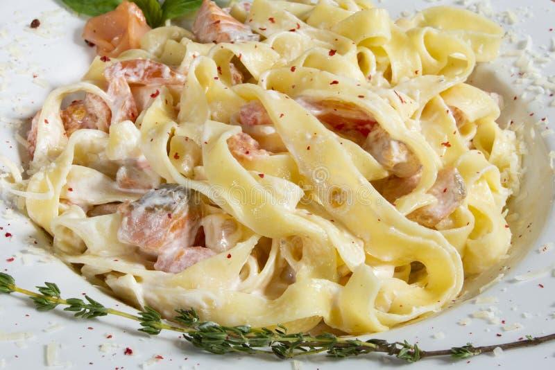 Pastas con delicioso de color salmón Comida de Italia fotografía de archivo libre de regalías