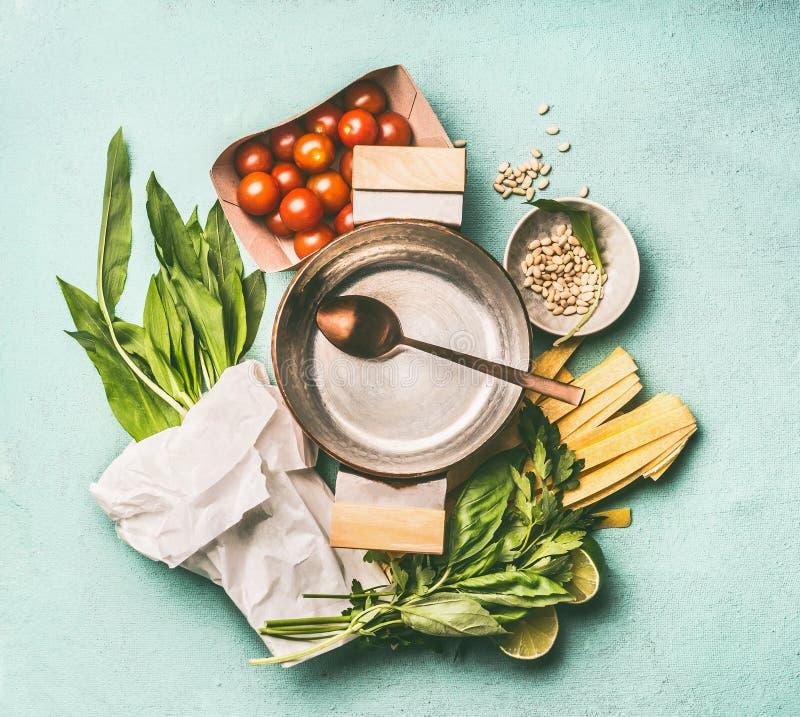 Pastas con el ajo salvaje que cocina los ingredientes Pote vacío con la cuchara, el ajo salvaje, los tallarines de las pastas, la fotografía de archivo