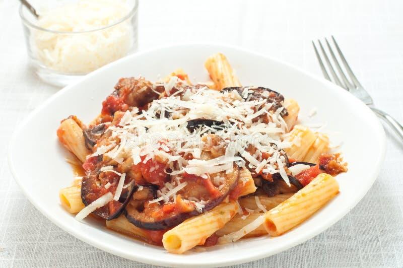 Pastas con la salsa de tomate con la berenjena frita imágenes de archivo libres de regalías
