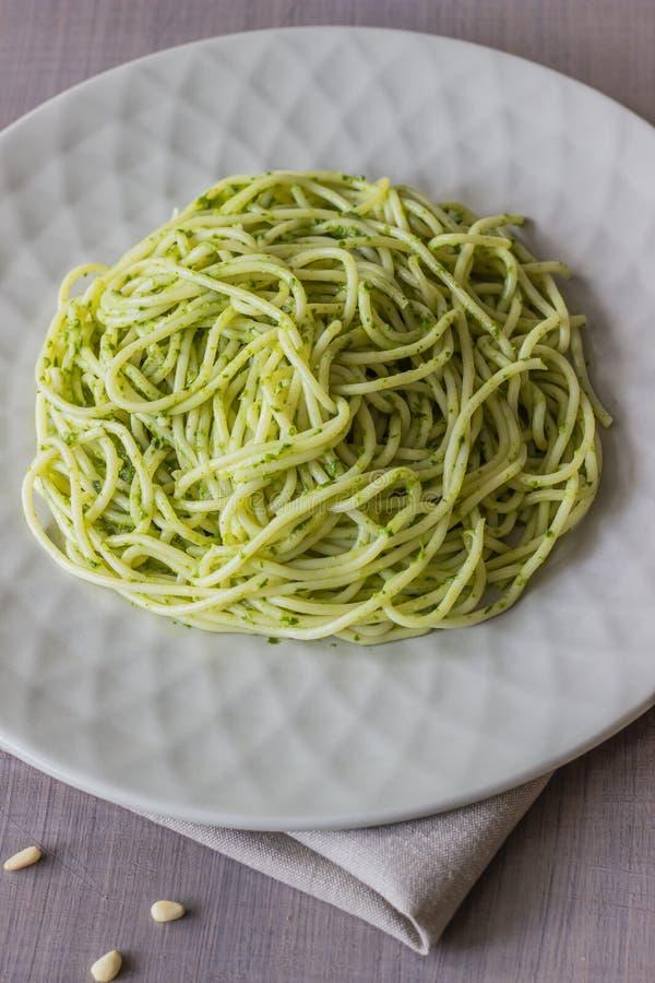 Pastas con la salsa del pesto en un fondo gris Cocina italiana Comida vegetariana La dieta fotos de archivo libres de regalías