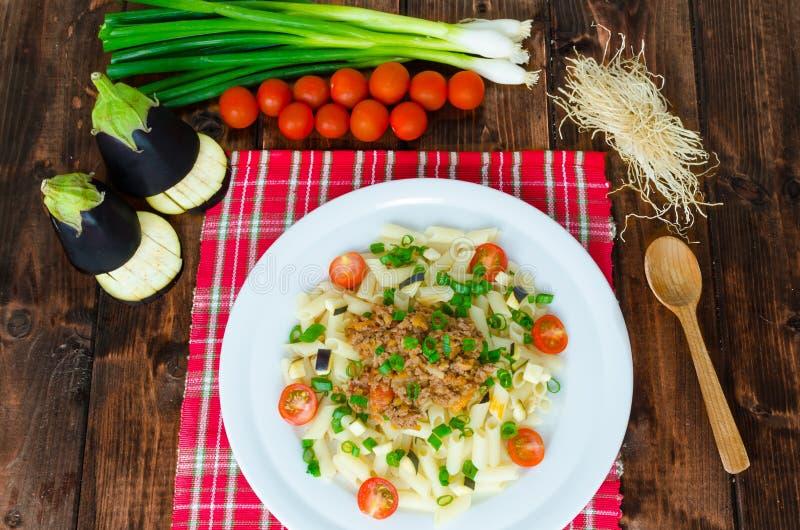 Pastas con la salsa y la berenjena boloñesas fotografía de archivo libre de regalías