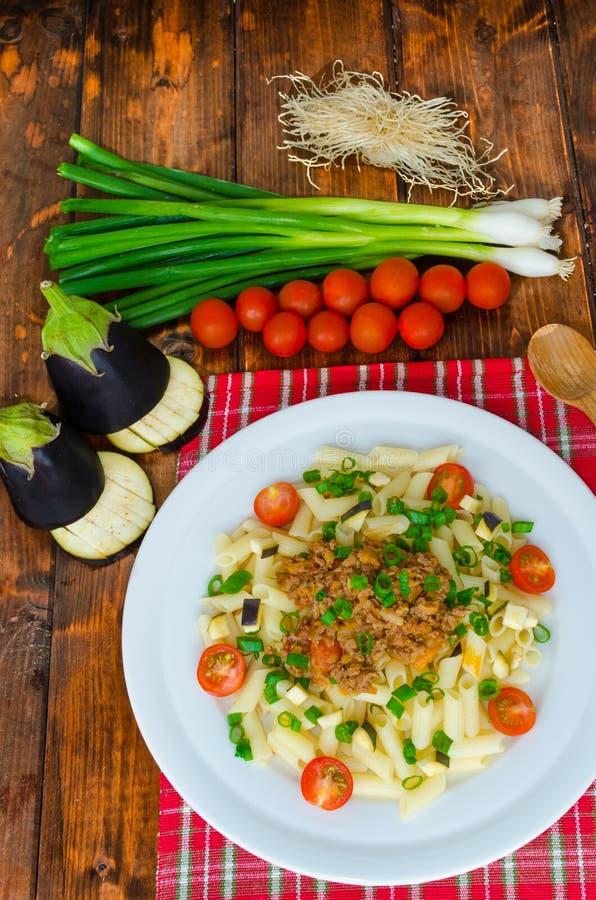 Pastas con la salsa y la berenjena boloñesas foto de archivo libre de regalías