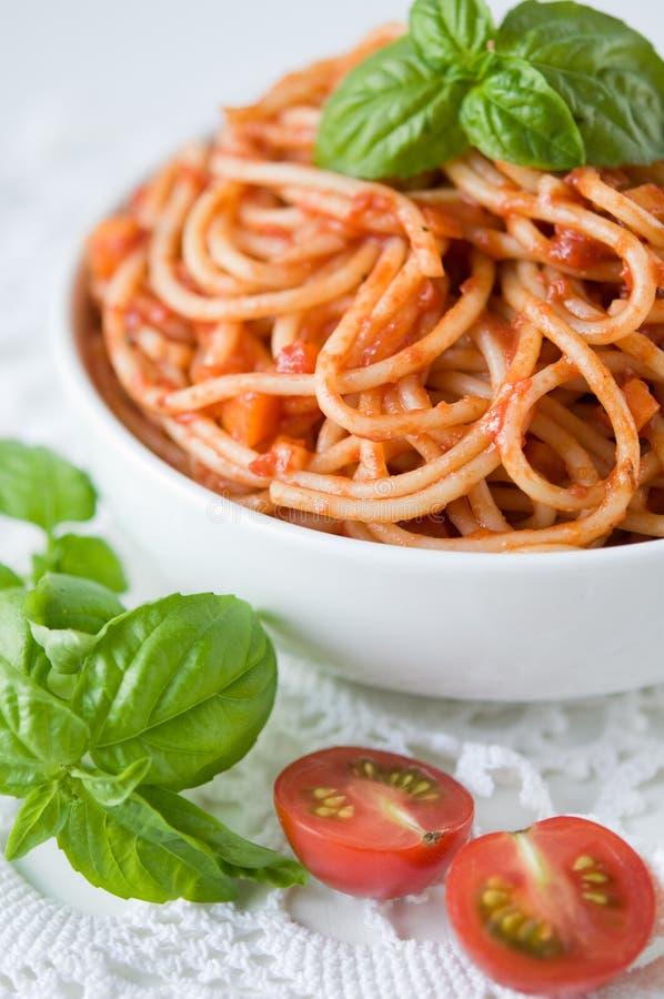 Pastas con la salsa y los tomates de tomate imagen de archivo