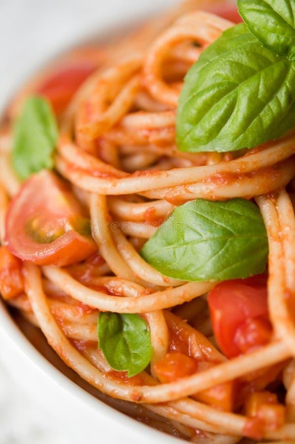 Pastas con la salsa y los tomates de tomate fotos de archivo