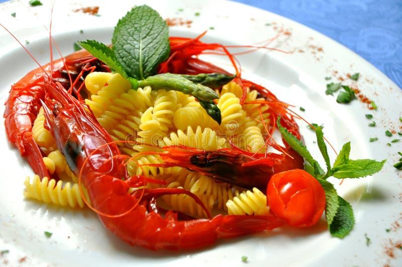 Pastas con las gambas sicilianas rojas imagen de archivo