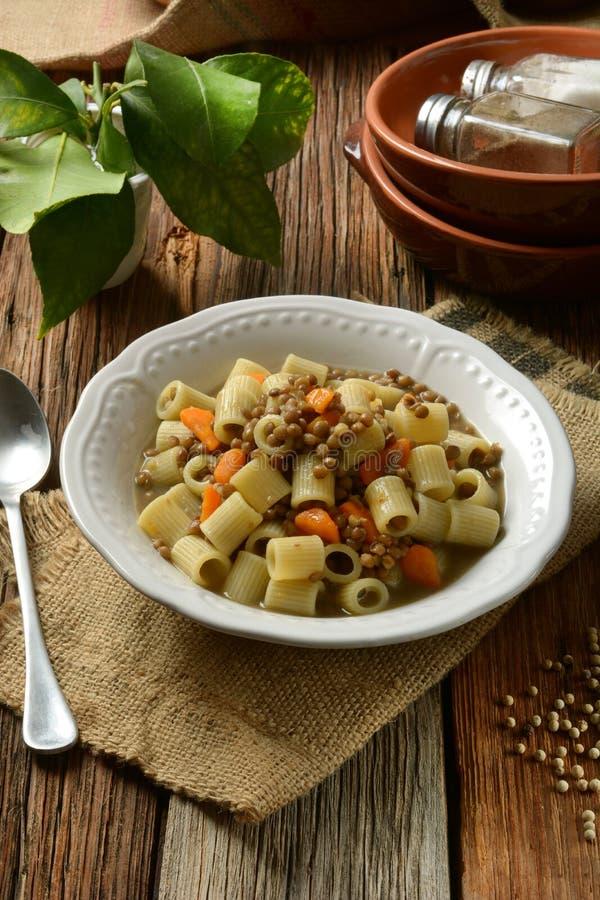 Pastas con las lentejas y las zanahorias foto de archivo libre de regalías