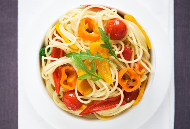 Pastas con las verduras coloridas imagen de archivo