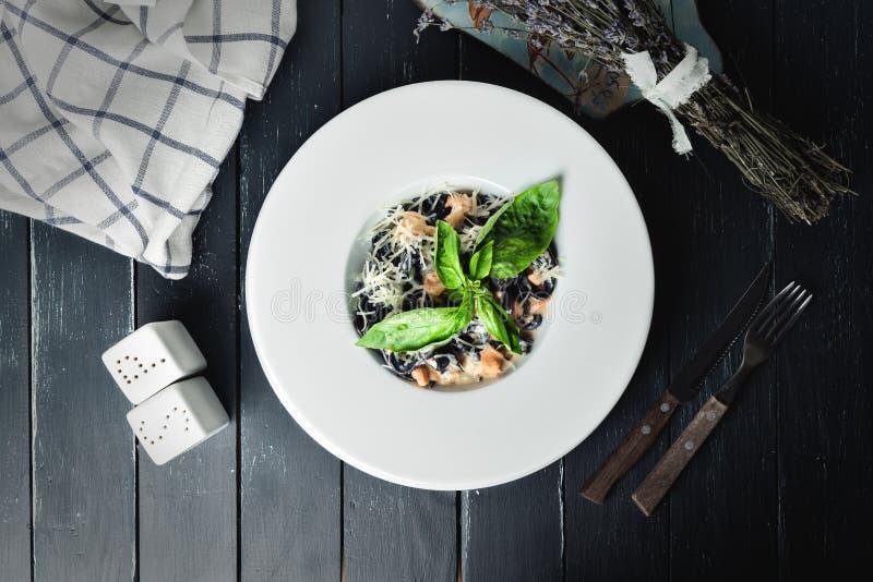 Pastas con los salmones imagen de archivo