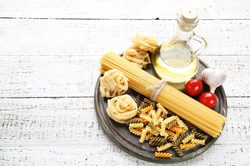Pastas con los tomates, el ajo y el aceite imagenes de archivo
