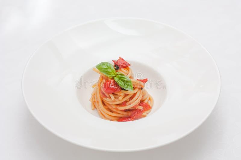 Pastas con los tomates y la albahaca fotografía de archivo