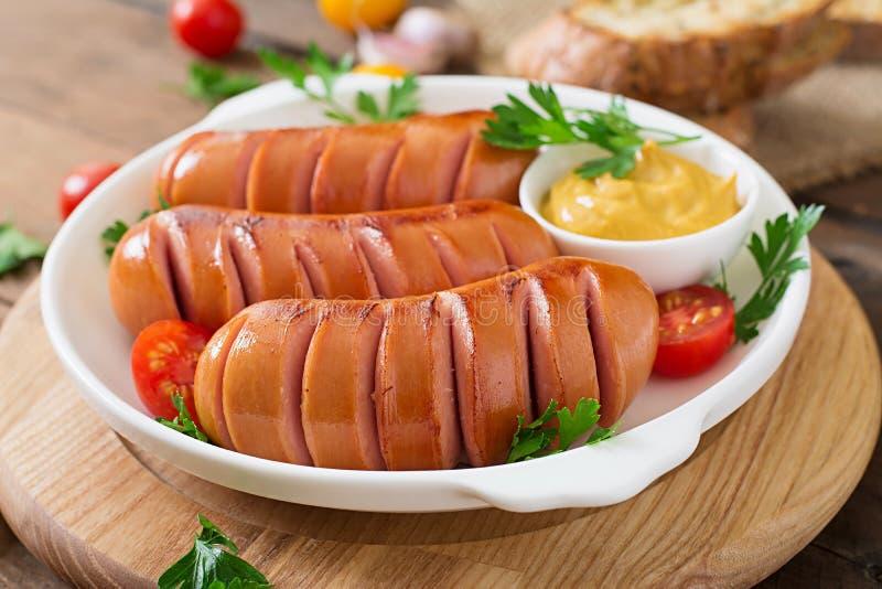 Pastas con los tomates y la salchicha imagen de archivo libre de regalías
