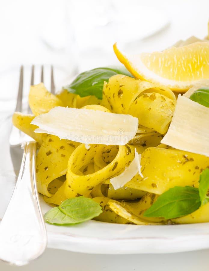 Pastas con pesto, el limón, la albahaca y el queso parmesano fotos de archivo libres de regalías