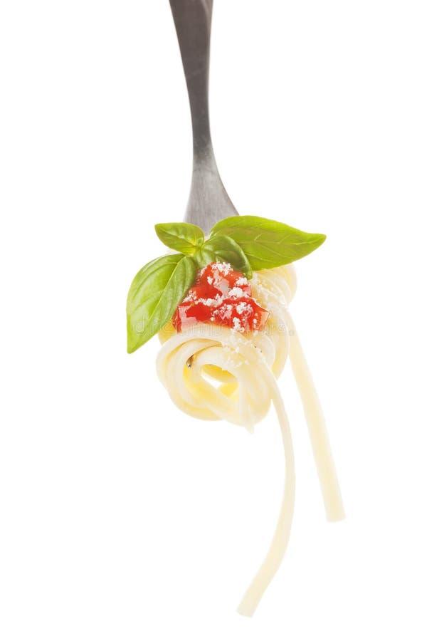 Pastas con queso de parmesano en la fork aislada. fotos de archivo