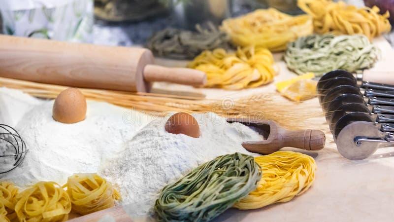 Pastas crudas con los ingredientes para la pasta El proceso de cocinar imagen de archivo libre de regalías