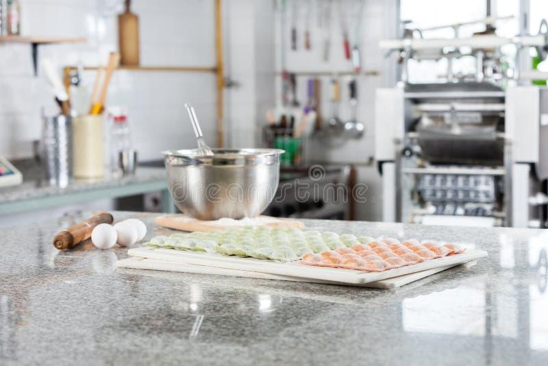 Pastas crudas de los raviolis en la encimera en anuncio publicitario foto de archivo libre de regalías