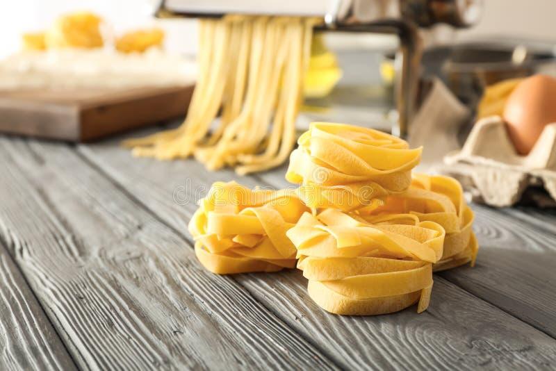 Pastas crudas del fettuccine en la tabla de cocina fotografía de archivo libre de regalías