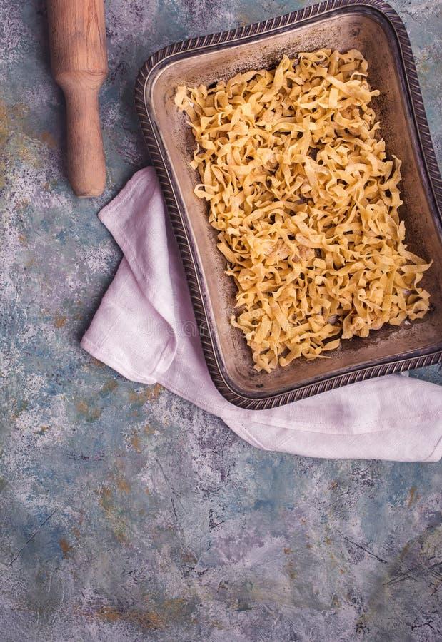 Pastas crudas en bandeja arriba fotos de archivo