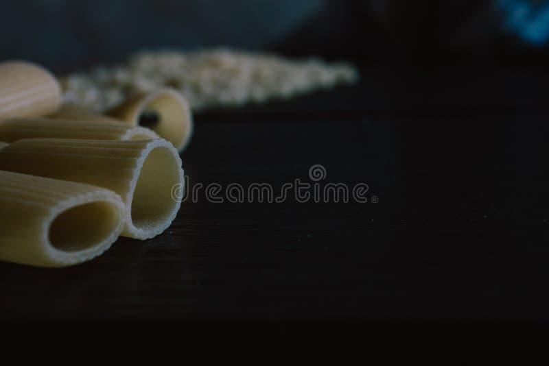 Pastas crudas recién hechas deliciosas preparadas para ser cocinado foto de archivo