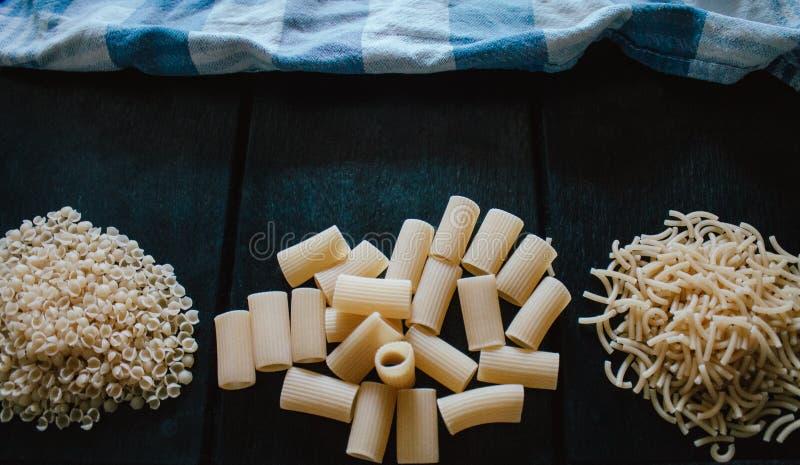 Pastas crudas recién hechas deliciosas preparadas para ser cocinado imagen de archivo