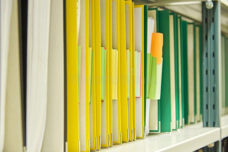 Pastas de arquivos amarelas e verdes no arquivo foto de stock