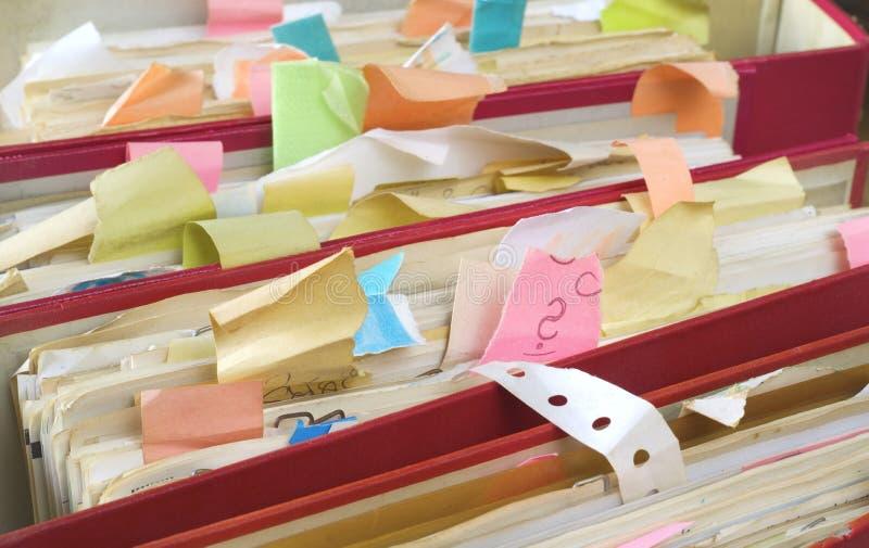 Pastas de arquivos desarrumados e documentos, close-up, burocracia, conceito da burocracia fotos de stock royalty free