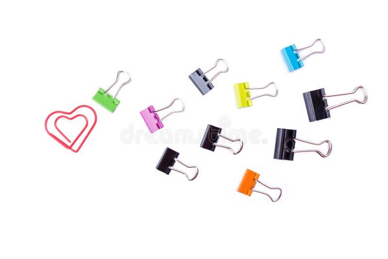 Pastas de clipe de papel coloridos e clipe de papel do coração isolado sobre imagem de stock