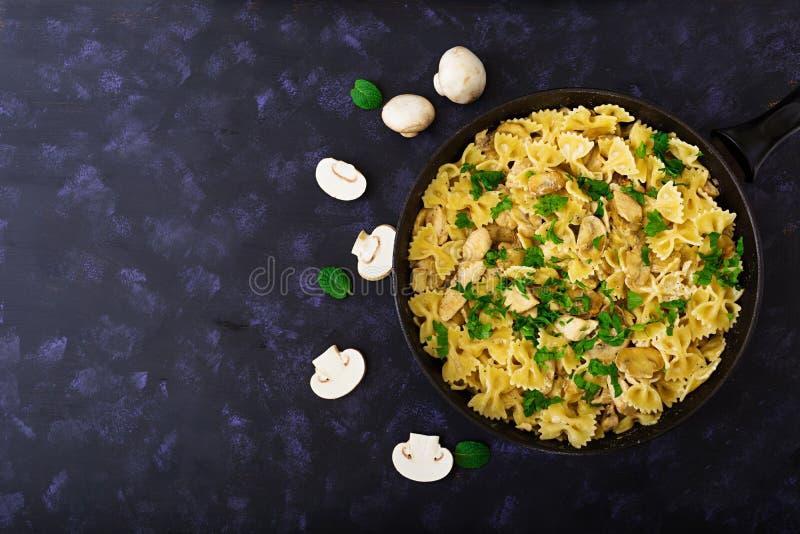 Pastas de Farfalle con el pollo y las setas en una salsa cremosa Visión superior fotos de archivo