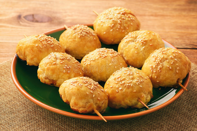 Pastas de hojaldre con el samosa de la carne - uzbek tradicional y pasrty indio imágenes de archivo libres de regalías