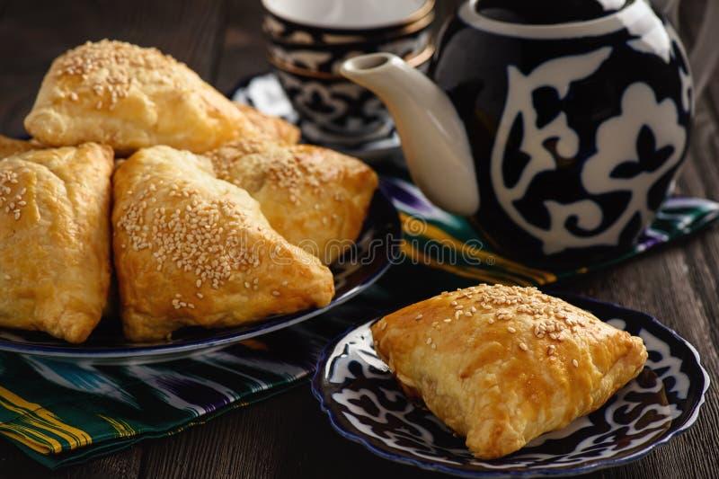 Pastas de hojaldre con el samosa de la carne - uzbek tradicional y pasrty indio fotografía de archivo libre de regalías