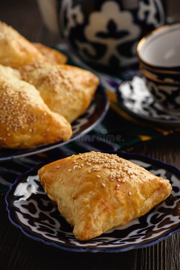 Pastas de hojaldre con el samosa de la carne - uzbek tradicional y pasrty indio imagenes de archivo