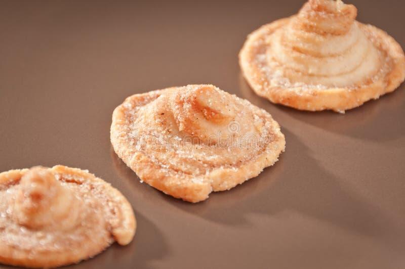 Pastas de hojaldre en una placa imágenes de archivo libres de regalías