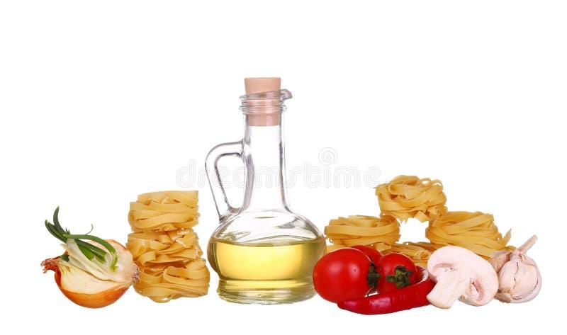 Pastas de la jerarquía de la fila y aceite de oliva secos en blanco imagenes de archivo