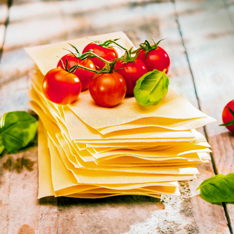 Pastas de la lasaña con los ingredientes frescos fotos de archivo libres de regalías