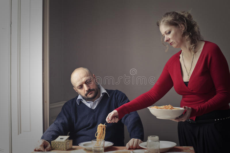 Pastas de la porción de la mujer al marido imágenes de archivo libres de regalías