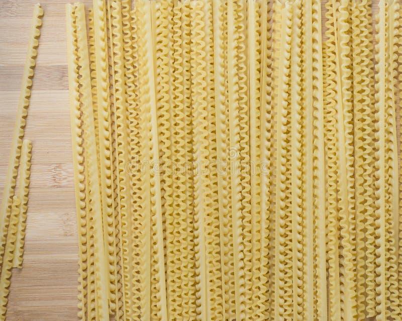 Pastas de las longitudes en el tablero de madera imagen de archivo