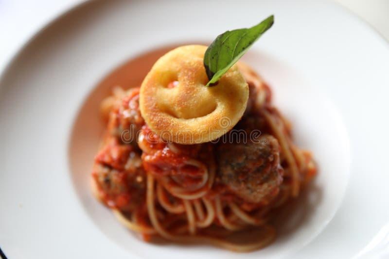 Pastas de los espaguetis con la salsa de tomate, fritada de Smiley Potato Alimento italiano tradicional fotos de archivo libres de regalías