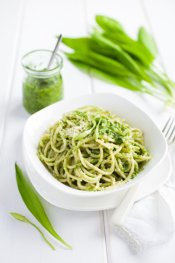 Pastas de los espaguetis con pesto del ramson (ajo salvaje) imagen de archivo libre de regalías