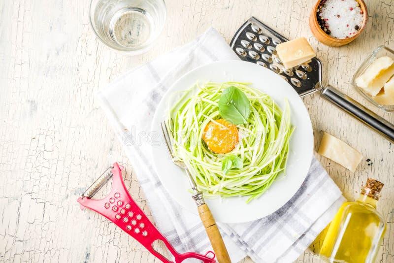 Pastas de los espaguetis del calabacín del vegano foto de archivo