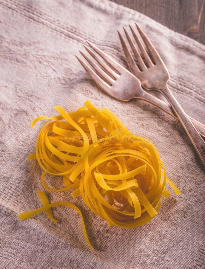 Pastas de los tallarines y bifurcación crudas dos imagenes de archivo