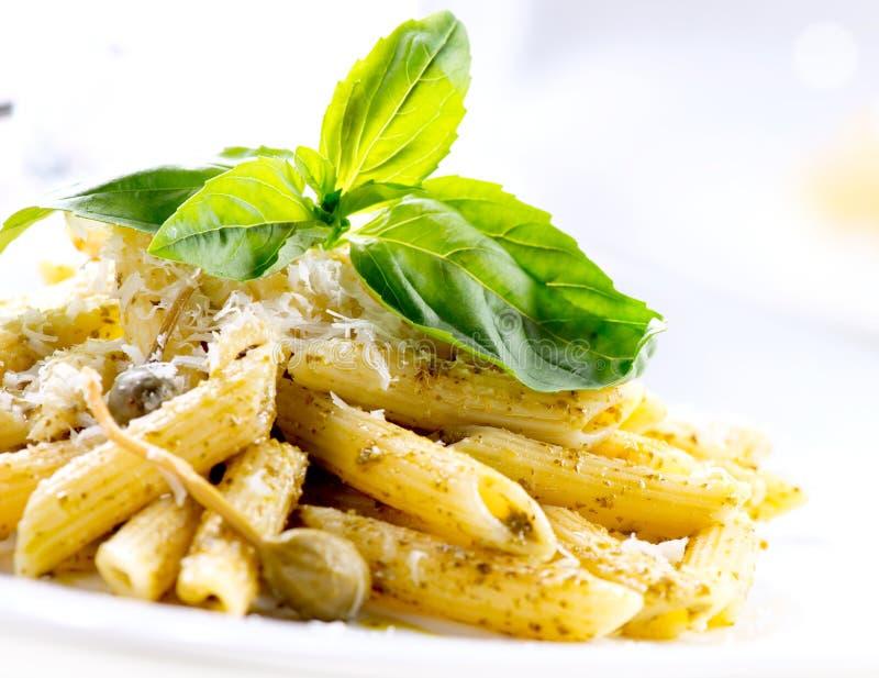 Pastas de Penne con la salsa de Pesto imagen de archivo