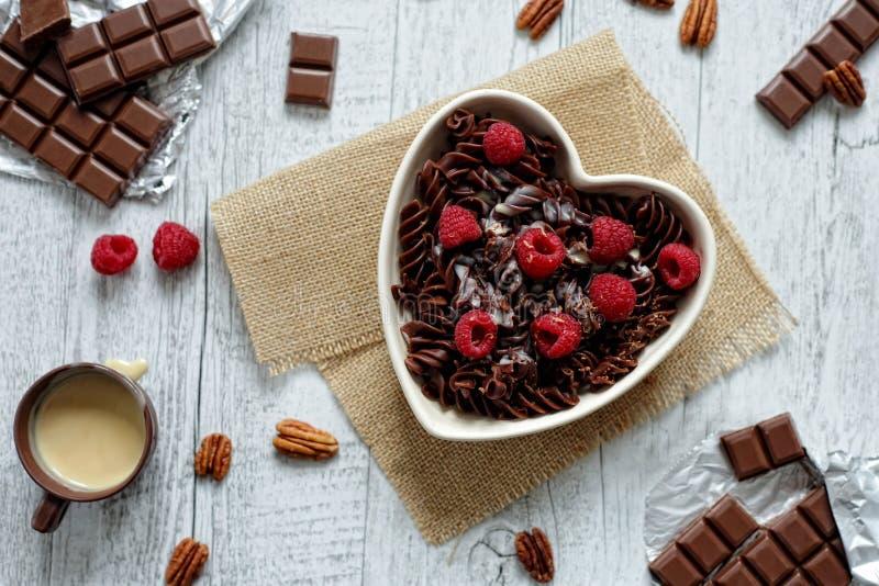 Download Pastas Del Chocolate En Un Cuenco En Forma De Corazón Foto de archivo - Imagen de comodidad, cacao: 44855156