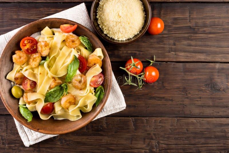 Pastas del Fettuccine con la opinión superior del camarón foto de archivo libre de regalías