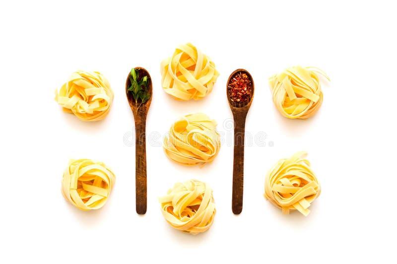Pastas del Fettuccine en el fondo aislado blanco El concepto de cocina italiana fotos de archivo