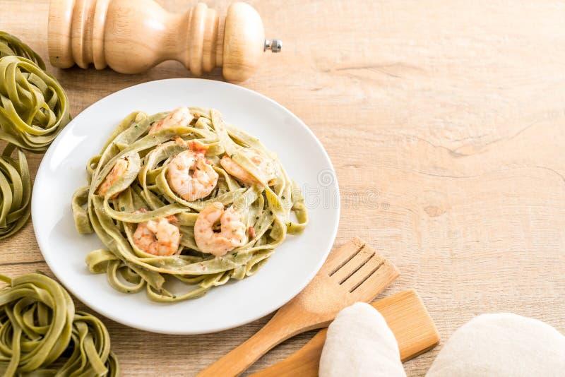 pastas del fettuccini de la espinaca con el camarón foto de archivo